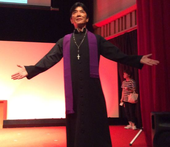 Дзёдзи Наката в костюме священника